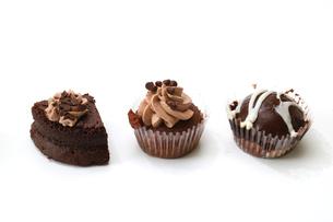 白バックのチョコケーキの写真素材 [FYI04494770]
