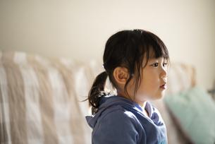 家にいる女の子の横顔の写真素材 [FYI04495231]
