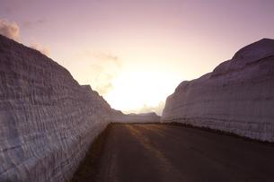 岩手県八幡平アスピーテライン の冬の夕景の写真素材 [FYI04495292]