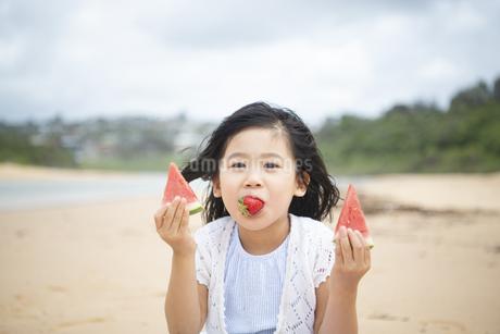 スイカを両手に持っている女の子の写真素材 [FYI04495298]