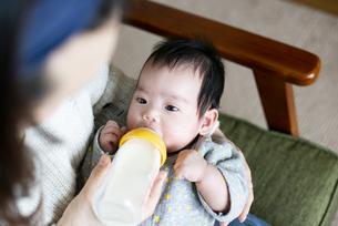 哺乳瓶からミルクを飲んでいる赤ちゃんの写真素材 [FYI04495626]