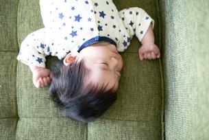 ソファで寝ている赤ちゃんの写真素材 [FYI04495654]