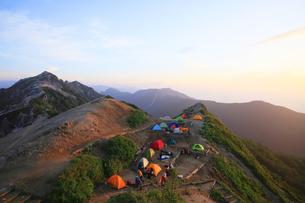 北アルプス 燕岳のキャンプ場の写真素材 [FYI04495676]