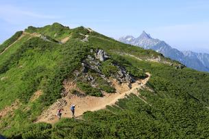 北アルプス  大天井岳付近の縦走路から槍ケ岳の望むの写真素材 [FYI04495679]