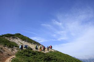 北アルプス  大天井岳付近の縦走路と登山者の写真素材 [FYI04495680]