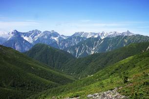 常念岳付近から眺める槍ヶ岳と穂高岳の写真素材 [FYI04495683]
