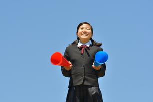 青空で応援する女の子の写真素材 [FYI04495692]