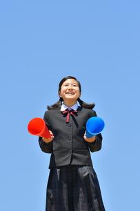 青空で応援する女の子の写真素材 [FYI04495693]