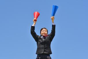 青空で応援する女の子の写真素材 [FYI04495694]