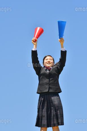青空で応援する女の子の写真素材 [FYI04495695]