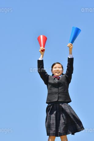 青空で応援する女の子の写真素材 [FYI04495696]