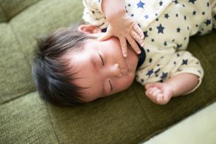 ソファで寝ている赤ちゃんの写真素材 [FYI04495883]