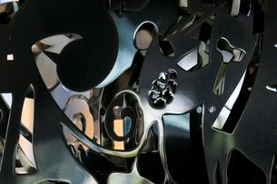鉄板を複雑に加工した芸術的なオブジェの写真素材 [FYI04496380]