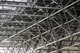 鉄パイプで構築された大きな屋根の梁の写真素材 [FYI04496391]