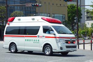 出動する救急車の写真素材 [FYI04496394]