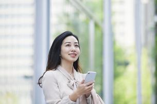 スマートフォンを持つ女性の写真素材 [FYI04496421]