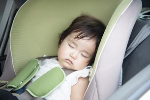 チャイルドシートで寝ている赤ちゃんの写真素材 [FYI04496672]
