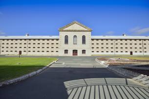 オーストラリア・西オーストラリア州フリーマントルに1850年代に西オーストラリア州最初の監獄として建てられ2010年に世界遺産になった旧フリーマントル刑務所の監獄などの施設の一棟の写真素材 [FYI04496679]