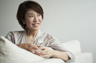 ソファでくつろぐ40代日本人女性の写真素材 [FYI04497855]