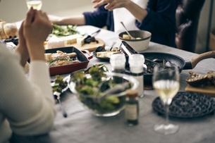 ホームパーティーの食卓の写真素材 [FYI04497864]