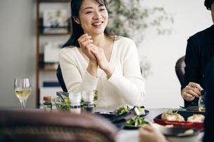 ホームパーティーを楽しむ40代日本人女性の写真素材 [FYI04497866]