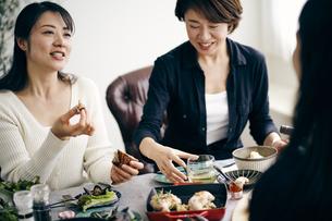 ホームパーティーを楽しむ40代日本人女性の写真素材 [FYI04497868]