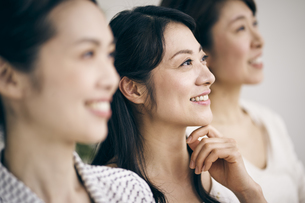 笑顔の40代日本人女性3人の写真素材 [FYI04497883]