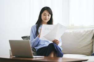 テレワークをする40代日本人女性の写真素材 [FYI04497890]