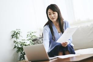 テレワークをする40代日本人女性の写真素材 [FYI04497892]