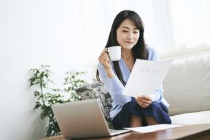 テレワークをする40代日本人女性の写真素材 [FYI04497896]