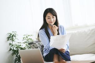 テレワークをする40代日本人女性の写真素材 [FYI04497897]