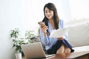 テレワークをする40代日本人女性の写真素材 [FYI04497899]