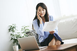 テレワークをする40代日本人女性の写真素材 [FYI04497900]