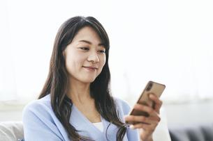 スマートフォンを見る40代日本人女性の写真素材 [FYI04497901]
