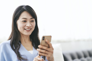 スマートフォンを見る40代日本人女性の写真素材 [FYI04497903]