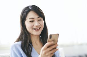 スマートフォンを見る40代日本人女性の写真素材 [FYI04497907]