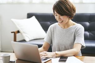 テレワークをする40代日本人女性の写真素材 [FYI04497909]