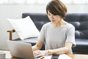 テレワークをする40代日本人女性の写真素材 [FYI04497911]
