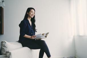 読書をする40代日本人女性の写真素材 [FYI04497920]