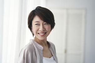 笑顔の40代日本人女性の写真素材 [FYI04498025]