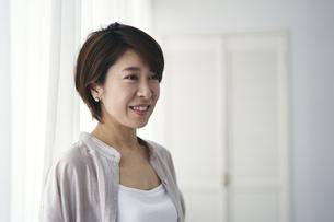笑顔の40代日本人女性の写真素材 [FYI04498029]