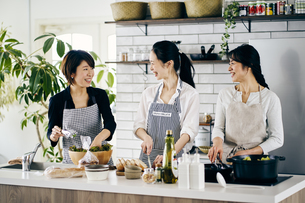 料理をする40代日本人女性3人の写真素材 [FYI04498033]