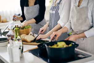 料理をする女性3人の写真素材 [FYI04498035]