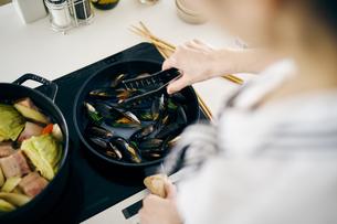 ムール貝を炒めるの写真素材 [FYI04498048]