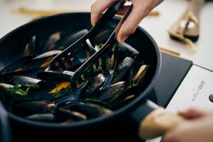 ムール貝を炒めるの写真素材 [FYI04498049]