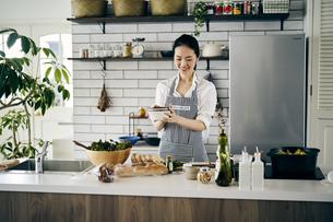 料理をする40代日本人女性の写真素材 [FYI04498051]