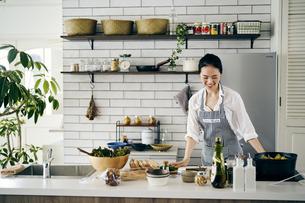 料理をする40代日本人女性の写真素材 [FYI04498056]