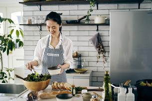 料理をする40代日本人女性の写真素材 [FYI04498062]