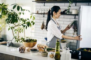 料理をする40代日本人女性の写真素材 [FYI04498066]