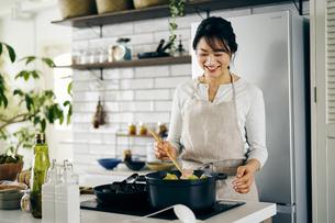 料理をする40代日本人女性の写真素材 [FYI04498069]
